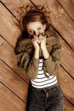 Девушка лежит на деревянном поле стоковые фотографии rf