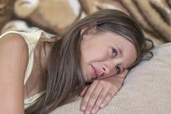 девушка лежит на софе и плачет Маленькая девочка задушевно плачет Концепция оскорбления, депрессии и misunderstan ребенка стоковое фото rf