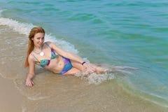 девушка лежит прибой моря стоковые изображения rf