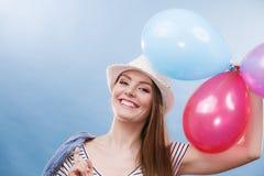 Девушка лета женщины радостная с красочными воздушными шарами стоковое фото