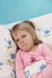 девушка лихорадки меньший больной термометр Стоковая Фотография RF