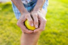 Девушка ломает яблоко в 2 части Стоковое Изображение