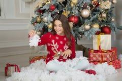 Девушка маленького ребенка любит настоящий момент xmas За утро до Xmas Праздник Новый Год Рождество Ребенк наслаждается празднико стоковая фотография rf