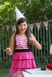 Девушка маленького preteen милая с толстыми коричневыми волосами стоковое фото
