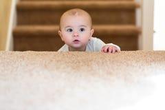 Девушка малыша взбираясь вверх лестницы стоковая фотография rf