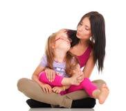 Девушка малыша маленького младенца смеясь над играя маму делая потеху Стоковое фото RF