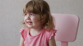 Девушка малыша плача с ртом широким раскрывает и срывает вниз ее сторону акции видеоматериалы