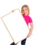 Девушка малыша ребенка счастливая держа пустое copyspace классн классного Стоковые Изображения