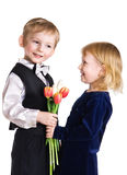 девушка мальчика дает славные тюльпаны Стоковые Изображения RF