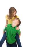 девушка мальчика играя детенышей стоковая фотография