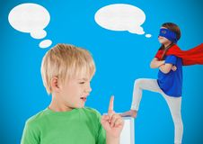 Девушка мальчика и супергероя с голубыми предпосылкой и речью клокочет Стоковые Фото