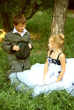 девушка мальчика меньшее романтичное место стоковое изображение rf