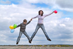 девушка мальчика скачет Стоковое Изображение