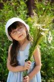 девушка маргариток ребенка немногая Стоковое фото RF
