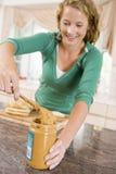 девушка масла делая сандвич арахиса подростковым стоковая фотография rf