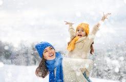 Девушка матери и ребенка на зиме идет Стоковая Фотография