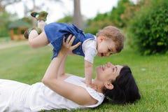 Девушка матери и скакать Стоковые Изображения RF