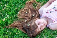 Девушка маленького ребенка на естественной предпосылке стоковая фотография