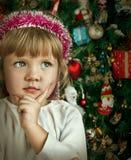 Девушка маленького ребенка около рождественской елки. Счастливый Новый Год Стоковая Фотография RF