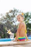 Девушка малыша с коктеилем в тропическом бассейне пляжа стоковое изображение