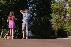 Девушка мальчика идя прочь говоря ослаблять Стоковое Фото