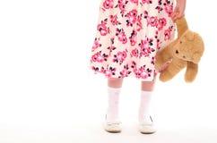 девушка медведя держа меньший игрушечный молодой Стоковые Фотографии RF