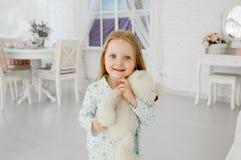 девушка медведя держа меньший игрушечный посмотрите удивленным Эмоции восхищения Стоковые Фото