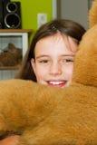 девушка медведя обнимая меньший игрушечный стоковые изображения