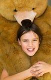 девушка медведя обнимая меньший игрушечный стоковые фотографии rf