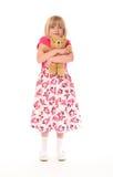 девушка медведя прижимаясь меньшие детеныши игрушечного стоковое изображение rf
