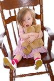 девушка медведя huging немногая Стоковые Фото
