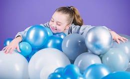 Девушка между воздушными шарами o r Беспечальное детство Все те воздушные шары для меня Счастье стоковая фотография