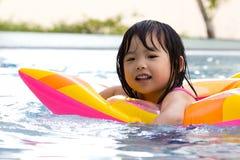 девушка меньшее заплывание бассеина стоковое фото