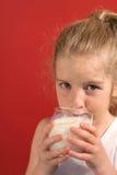 девушка меньшее молоко sipping стоковая фотография