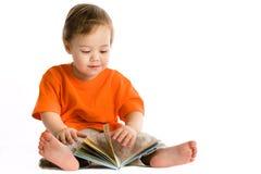 девушка меньшее чтение Стоковая Фотография RF