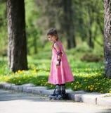 девушка меньшие коньки ролика Стоковое Изображение RF