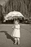 девушка меньший зонтик Стоковые Фото