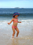 девушка меньший играть океана Стоковое Изображение RF