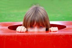 девушка меньший играть спортивной площадки Стоковая Фотография RF