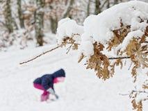 девушка меньший играя снежок стоковая фотография