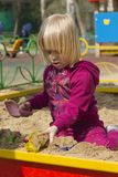 девушка меньший играя ящик с песком Стоковые Фотографии RF