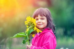 девушка меньший солнцецвет стоковое изображение rf
