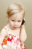 девушка меньший телефон Стоковое Изображение RF
