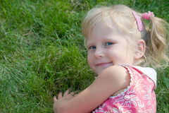 девушка меньший усмехаться парка стоковая фотография rf