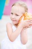 девушка меньший seashell Стоковые Фотографии RF