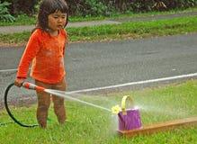 девушка меньшяя играя вода Стоковое фото RF