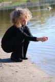 девушка меньшяя играя вода Стоковые Фотографии RF