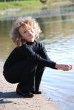 девушка меньшяя играя вода Стоковые Фото