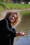 девушка меньшяя играя вода Стоковая Фотография