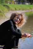 девушка меньшяя играя вода стоковое изображение